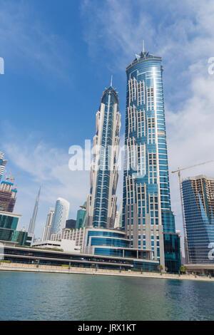 Dubai - Die Wolkenkratzer über den neuen Kanal und Burj Khalifa im Hintergrund. - Stockfoto