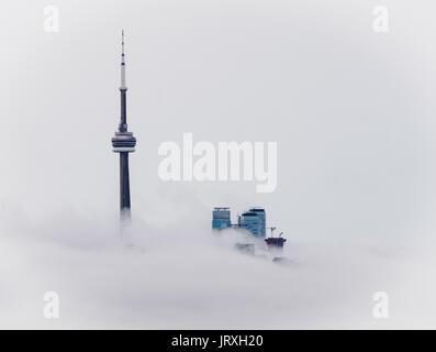 CN Tower in Toronto, Ontario, Kanada über den Wolken - Stockfoto