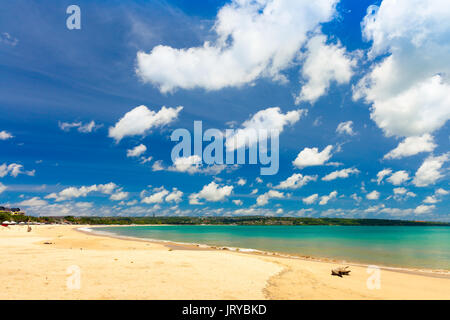 Tropischer Strand Jimbaran Bali in der Nähe von beliebten Tempel Pura Segara, South Kuta / Tropical beach Bali / - Stockfoto