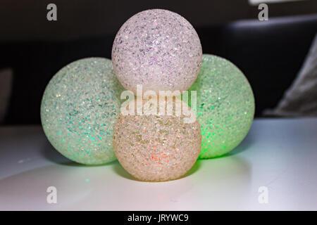 Einige abstrakte bunte Kugeln Hintergrund. Bunten Holzkugeln auf leuchtenden Hintergrund. - Stockfoto