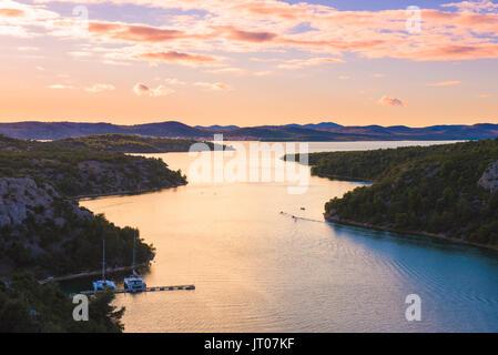 Sonnenuntergang über der Mündung des Flusses Krka und See Prokljan in Kroatien, in der Nähe der Städte Trogir und - Stockfoto