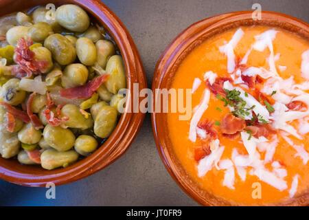 Tapas typisch spanische Gastronomie Bohnen mit Schinken, Salmorejo Suppe. Provinz Málaga. Andalusien, Süd Spanien - Stockfoto