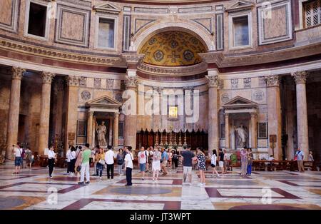 Rom, Italien, Juli 2017 - Das römische Pantheon Piazza della Rotonda in Centro Storico Bezirk - Stockfoto