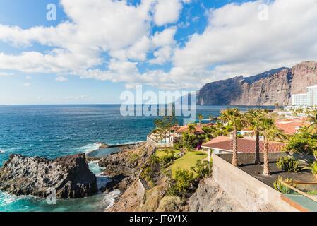 Blick auf die Felsen und das Meer. Los Gigantes, Puerto de Santiago, Teneriffa, Kanarische Inseln. - Stockfoto