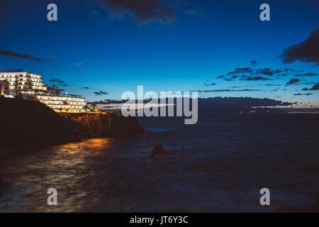 Nacht Blick auf Küste und Meer. Los Gigantes, Puerto de Santiago, Teneriffa, Kanarische Inseln. - Stockfoto