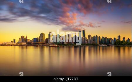 Sonnenuntergang Skyline von Vancouver Downtown, wie vom Stanley Park, British Columbia, Kanada gesehen. Lange Belichtung. - Stockfoto