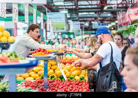 Montreal, Kanada - 28. Mai 2017: Menschen, die versuchen, Proben und Kauf von Obst und Gemüse steht an jean-talon - Stockfoto
