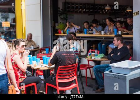 Montreal, Kanada - 28. Mai 2017: Restaurant Sitzbereich mit Menschen sitzen an Tischen auf Jean-Talon Bauernmarkt - Stockfoto