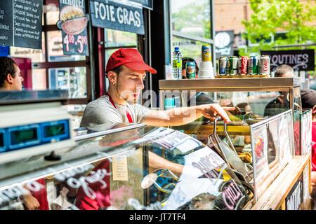 Montreal, Kanada - 28. Mai 2017: Jean Talon markt Poutine restaurant Zeichen in Gebäude closeup mit Chef in der - Stockfoto