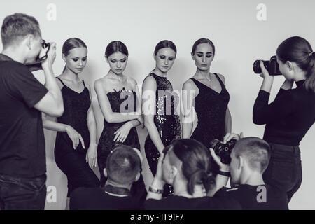 Fotografen paparazzi Fotos der Frauen in Cocktail Kleider tragen ...