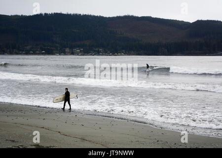 Ein paar Surfer auf Pacheedaht Strand, auf einem nativen finden mit dem gleichen Namen, in der Nähe von Port Renfrew, - Stockfoto