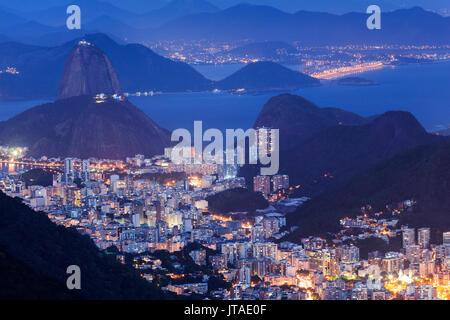 Blick auf den Zuckerhut und die Bucht von Guanabara bei Nacht von Tijuca Nationalpark, Rio de Janeiro, Brasilien - Stockfoto