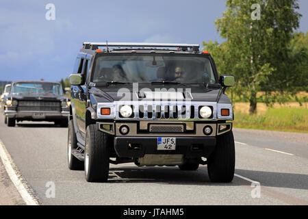 SOMERO, Finnland - 5. AUGUST 2017: Schwarze Hummer H2 SUV oder leichten Lkw bewegt sich entlang der Autobahn auf - Stockfoto