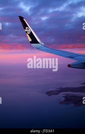Otago Peninsula und Otago Harbour bei Sonnenuntergang, Dunedin, Südinsel, Neuseeland - Luftbild