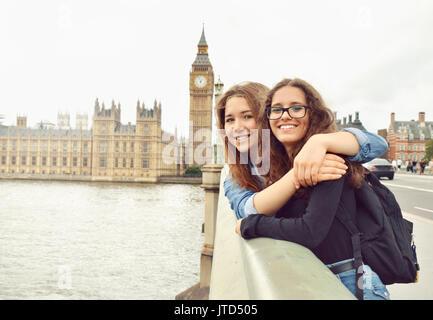 Zwei Mädchen im Teenageralter auf Big Ben Hintergrund. London. Reise und Tourismus Konzept - Stockfoto