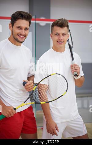 Porträt von zwei besten Freunden beim spielen Squash - Stockfoto