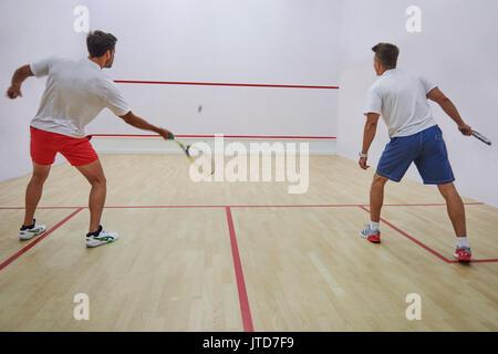 Zwei beste Freunde Squash im Innenbereich - Stockfoto