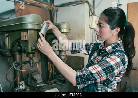 Ziemlich elegante Drehmaschine Firma manager Holding Komponenten vor bohren Bearbeitung und Prüfung produkt korrigieren.