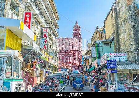 COLOMBO, Sri Lanka - 7. Dezember 2016: Die Türme und Kuppeln der Jami-Ul - Alfar Masjid Moschee (Rot), hinter den - Stockfoto