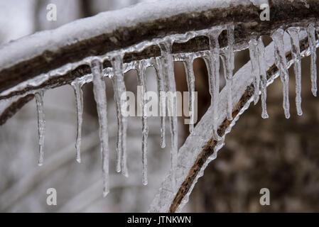 Ein Team von Forschern der Replikation ein Eissturm im Winter in den White Mountains von New Hampshire. Das Team - Stockfoto