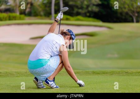 Junge Frau Inverkehrbringen Golfball auf T-Stück - Stockfoto