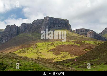 Die raue Landschaft auf der Isle of Skye, Schottland, mit winzigen Wanderer Zwerg von Klippen - Stockfoto