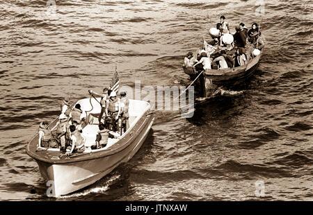 Ein Leben, das Boot von der USS BLUE RIDGE schleppt (LCC 19) ein vietnamesisches Fischerboot zu den amphibischen - Stockfoto