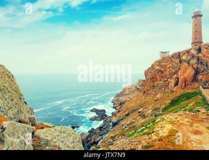 Positiv getönten Foto mit Leuchtturm an der felsigen Küste - Stockfoto