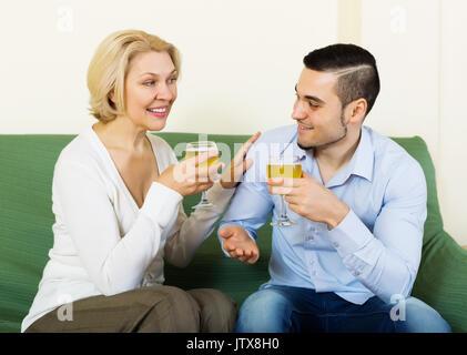 Erwachsener Sohn gratulieren reife Mutter und schlägt ein Toast - Stockfoto