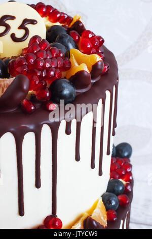 Festliches 2-tier-Kuchen mit Früchten mit Streifen von Schokolade auf einen hellen Hintergrund Blick von oben - Stockfoto