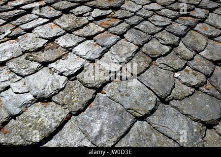 Alte Slate Haus Dach von einigen Ruinen im Norden von Italien. Toll für Hintergrund Textur - Stockfoto