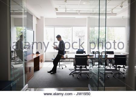 Geschäftsmann mit digital-Tablette im Konferenzraum - Stockfoto