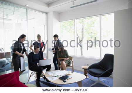 Architekten mit Laptop im Büro Lounge treffen - Stockfoto