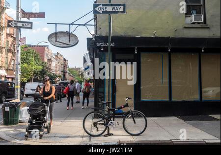 New York, NY, USA - 9. August 2017 - Zwei von vielen Leere Läden für Miete auf der einmal trendy Bleecker Street - Stockfoto