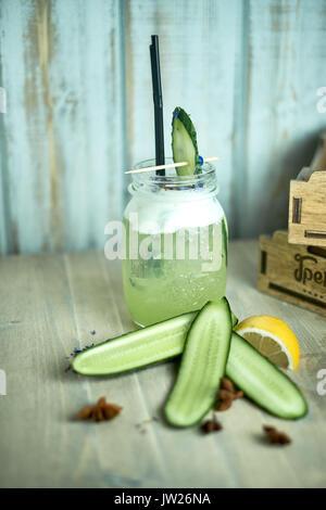 Hausgemachte Gurke und Minze Limonade in einem Glas auf einem blauen Hintergrund Holz.jpg - Stockfoto