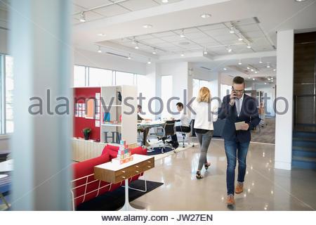 Business Menschen zu Fuß im Großraumbüro - Stockfoto