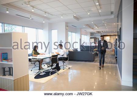 Geschäft Leute am Tisch arbeiten im Großraumbüro - Stockfoto