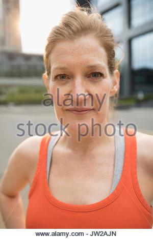 Close up portrait Ernst reife Frau mit roten Haaren im Tank Top - Stockfoto