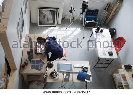 Ansicht von oben Fotografin Überprüfung fotografische Folien in art studio - Stockfoto