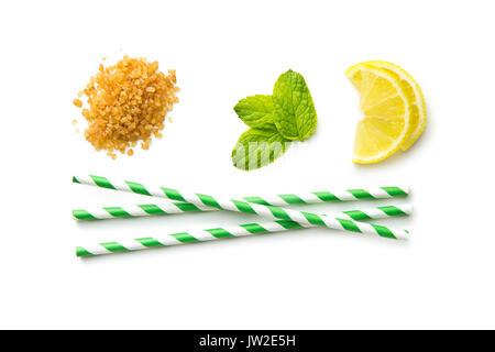 Mojito Zutaten. Zitrone, Minze und Rohrzucker auf weißem Hintergrund. Süße Zucker, Minze, Zitrone und gestreifte - Stockfoto