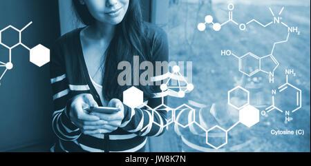 Digital Image der chemischen Struktur gegen Smiling Student mit Smartphone Blick durch Fenster generiert - Stockfoto