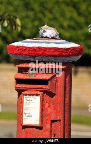 Weihnachtsgrüße Per Post.Ein Post Box Tragen Einen Gestrickten Wooly Hat Für Weihnachten