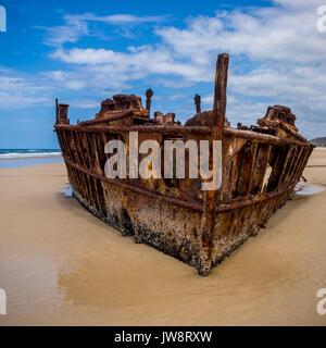 Rostigen Schiffswrack der Maheno SS auf einem Strand auf Fraser Island, Queensland, Australien gestrandeten - Stockfoto