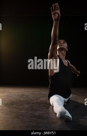 Ballet Dancer Durchführen einer Spaltung in der Phase Stockfoto
