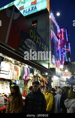 Koreaner gehen am Abend Shopping in der Nähe von jungbu Markt in Seoul, Südkorea, 27. März 2013. Der Markt für ihre - Stockfoto