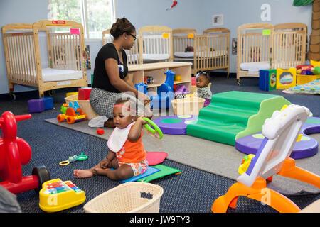 Charlotte, North Carolina - Kinder im Kopf Beginnen am Bethlehem Center. Das Zentrum dient Familien mit geringem - Stockfoto