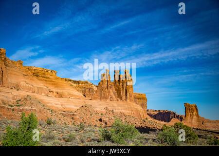 Außerhalb von Moab, Utah Arches Nationalpark besteht aus 18 Meilen von Rundfahrten durch die hohen Wüste. - Stockfoto
