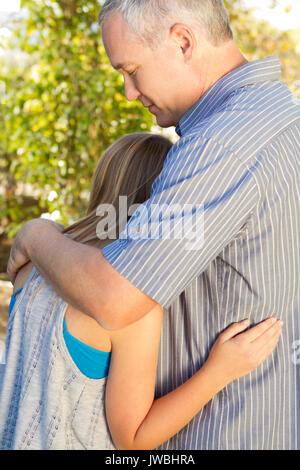 Eltern sprechen mit ihrer Tochter im Teenageralter. - Stockfoto