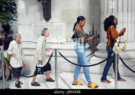London, Großbritannien. 12 Aug, 2017. Menschenmassen ankommen, für den zweiten Tag von London afrikanische Mode - Stockfoto