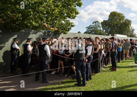 London, 12. August 2017: Nachtschwärmer bis zu 4 Std., Warteschlangen überstanden die Sunfall Festival im Park Brockwell, - Stockfoto